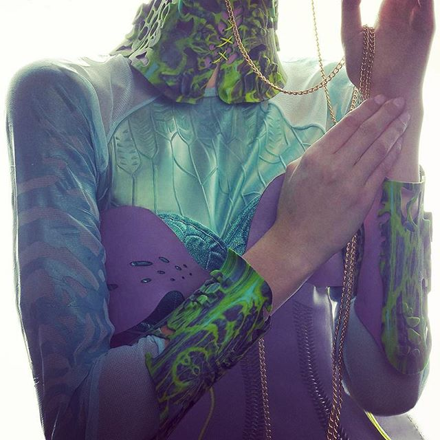 👽Frashback to our 3D printed neck brace and cuffs. Cast latex chest plate . Silicone painted sleeves . Laser cut dress with fiberoptics woven in. Future-tive Nature👽 As worn by @ladygaga #nxk #nixikillick #colourtribe #3dprinting #lasercut #fibreoptic #fashiontechnology #wearabletech #seapunk