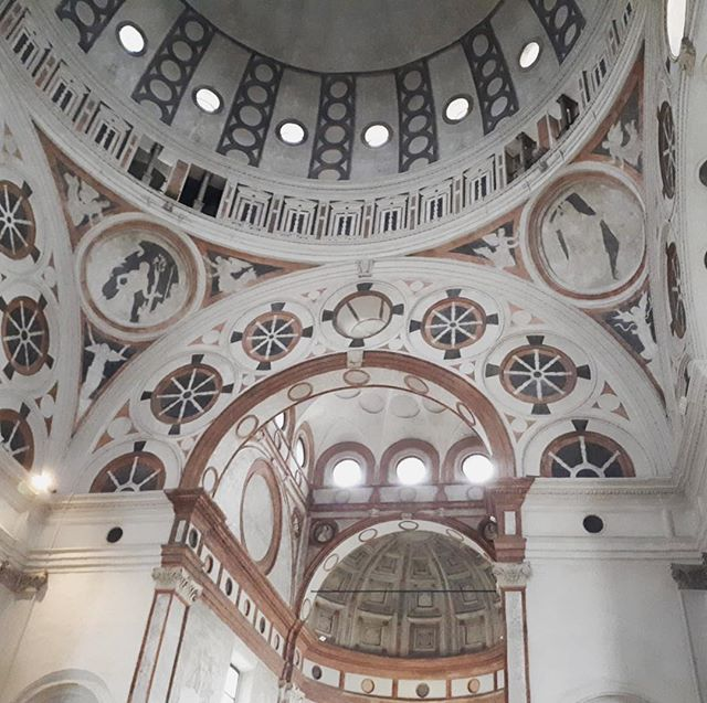 Chiesa Santa Maria delle Grazie #milan ⛪️#renaissancearchitecture & #gothicarchitecture 🔎⬇️ • • • ✨This gothic church was constructed in 1465 and designed by Solari. In 1492, the apse was rebuilt, and the architect in charge of the project was the famous Italian architect  Donato Bramante, who introduced Renaissance architecture to Milan. This is the reason why we can observe a difference between the gothic style of the nave and the renaissance style of the apse and cloister.✨