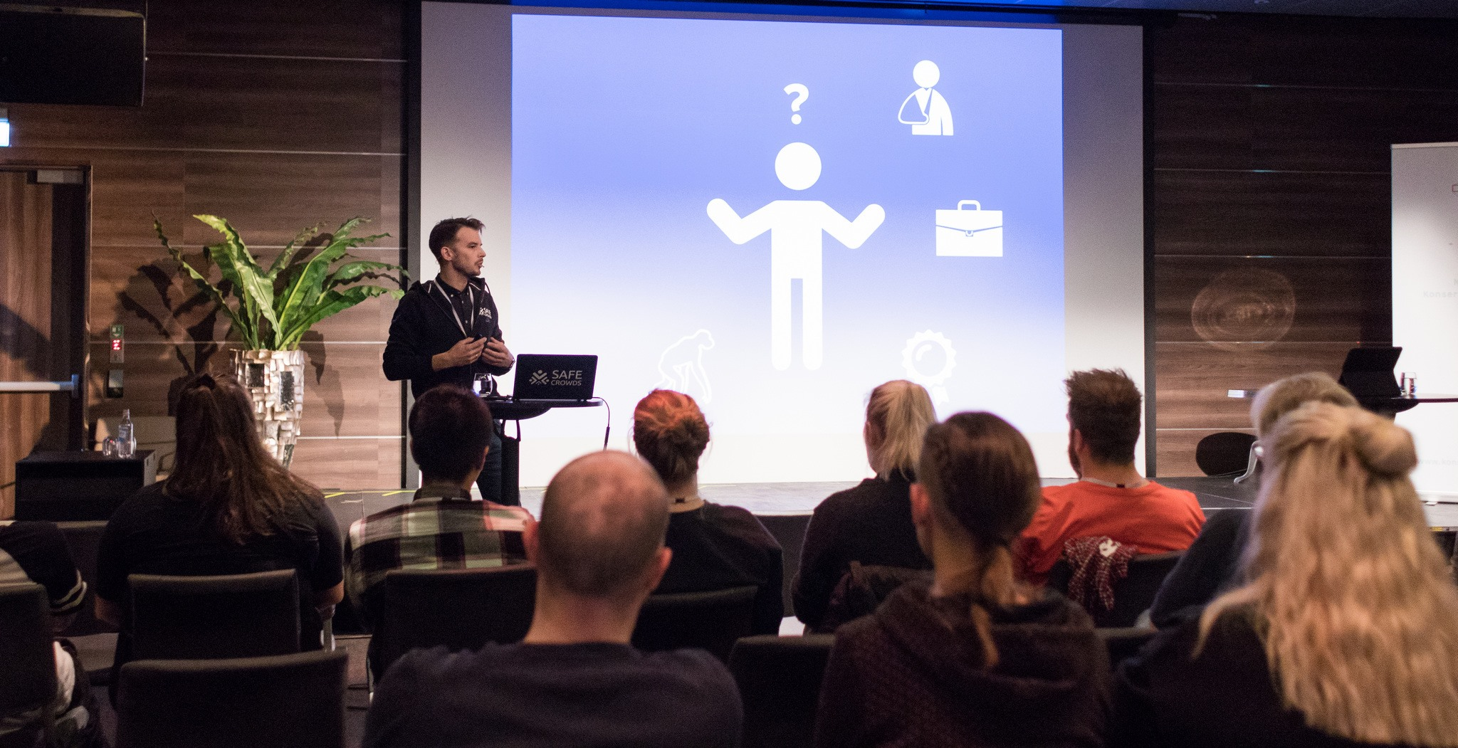 Stian Strømseth holder HMS-foredrag under Arrangørkonferansen 2017 i regi av Norske Konsertarrangører (NKA). Foto: Jørund Føreland Pedersen.