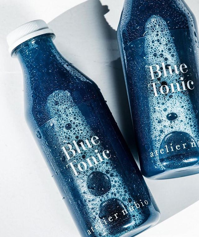 """Tellement fière de notre photographe @anaisjazmine qui vient de shooter la nouvelle campagne de ma douce claire de @ateliernubio ... un élixir à la spiruline bleue from @spiruline_nuraw que je vais bientôt tester 💙  Blue Tonic. .. La Detox """"Blue Tonic"""" est antioxydante & purifiante. .. Elle contient 5 x 500 ml de """"Blue Tonic"""" enrichi en phycocyanine qui donne au """"Blue Tonic"""" sa couleur bleue lagon (mais aucun goût iodé !). Extrait naturel de spiruline fraîche, la phycocyanine est un puissant antioxydant qui purifie le corps des métaux lourds et radicaux libres. .. Très détoxifiante, la phycoyanine protège et soutient le foie. Le pouvoir de la phycocyanine est décuplé quand il est associé à de la vitamine C comme dans le """"Blue Tonic"""" (fenouil, ananas, sève de bouleau, citron et phycocyanine). .. La Detox """"Blue Tonic"""" est à suivre en complément de votre alimentation normale (1 """"Blue Tonic"""" de 500 ml par jour)  #spirulina #elixir #coldpress #juice #plantbased #ateliernubio #superfood #bluespirulina #algues"""