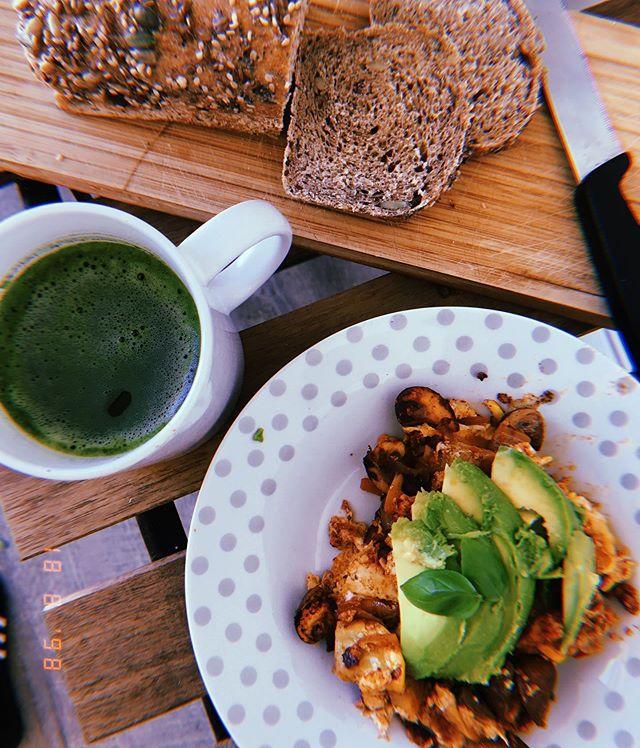 Le dimanche à Marseille ☀️ mon brunch de rêve post footing .. une tasse de matcha @matcha_konomi , du tofu lactofementé brouillé avec une  délicieuse shakshuka... et quelques tranches de pain au levain bio.. le rêve ❤️ bon dimanche à tous 🧡 #breakfast #vegan #scrambledtofu #plantbased #food #sunday #selfcare