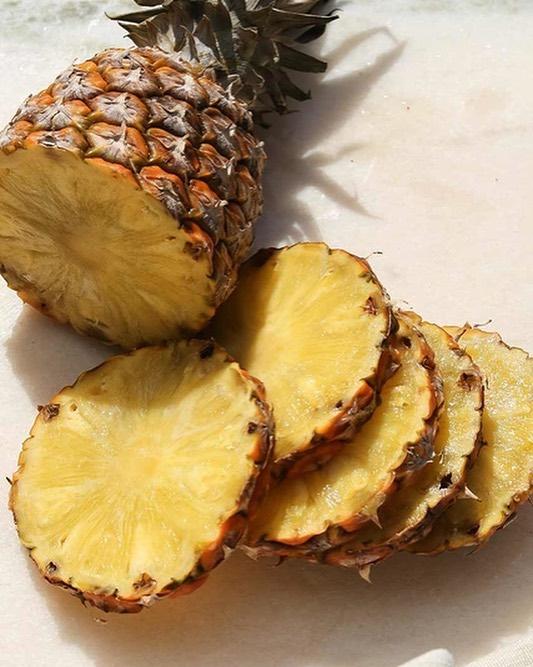 🍍 L'ananas est un brûle-graisse naturellement faible en calories (seulement 52 calories pour 100 grammes). Riche en fibre, potassium, manganèse, vitamine C, B6, cuivre, calcium…il est l'un des meilleurs fruits minceur. De plus, les enzymes comme la bromélaïne présents dans sa tige (que vous pouvez utiliser pour faire des jus) ont un effet diurétique et anticellulite. + belle peau : Riche en antioxydant et en vitamine C, il maintient le collagène et garantit la souplesse, l'élasticité et la jeunesse de la peau Prenez soin de vous inside out 💦  #plantbased #beautyfood #beautytips #beautyfromwithin #ananas #pineapple #eatmoreplant #vegan