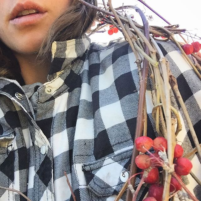 Feelin' fairytale in my plaid jacket and Virginia Creeper shawl. ✌🏼