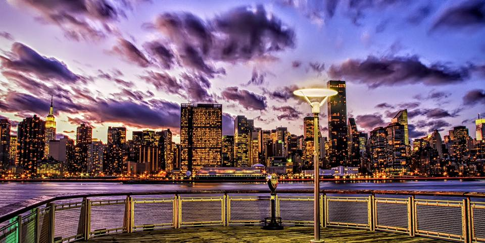 the sun sets then, the city lights take place, like a ballet of colors and forms at the sky. sunsets from the gantry plaza state park, in long island city are a must-do. Photo:  @lucascompan