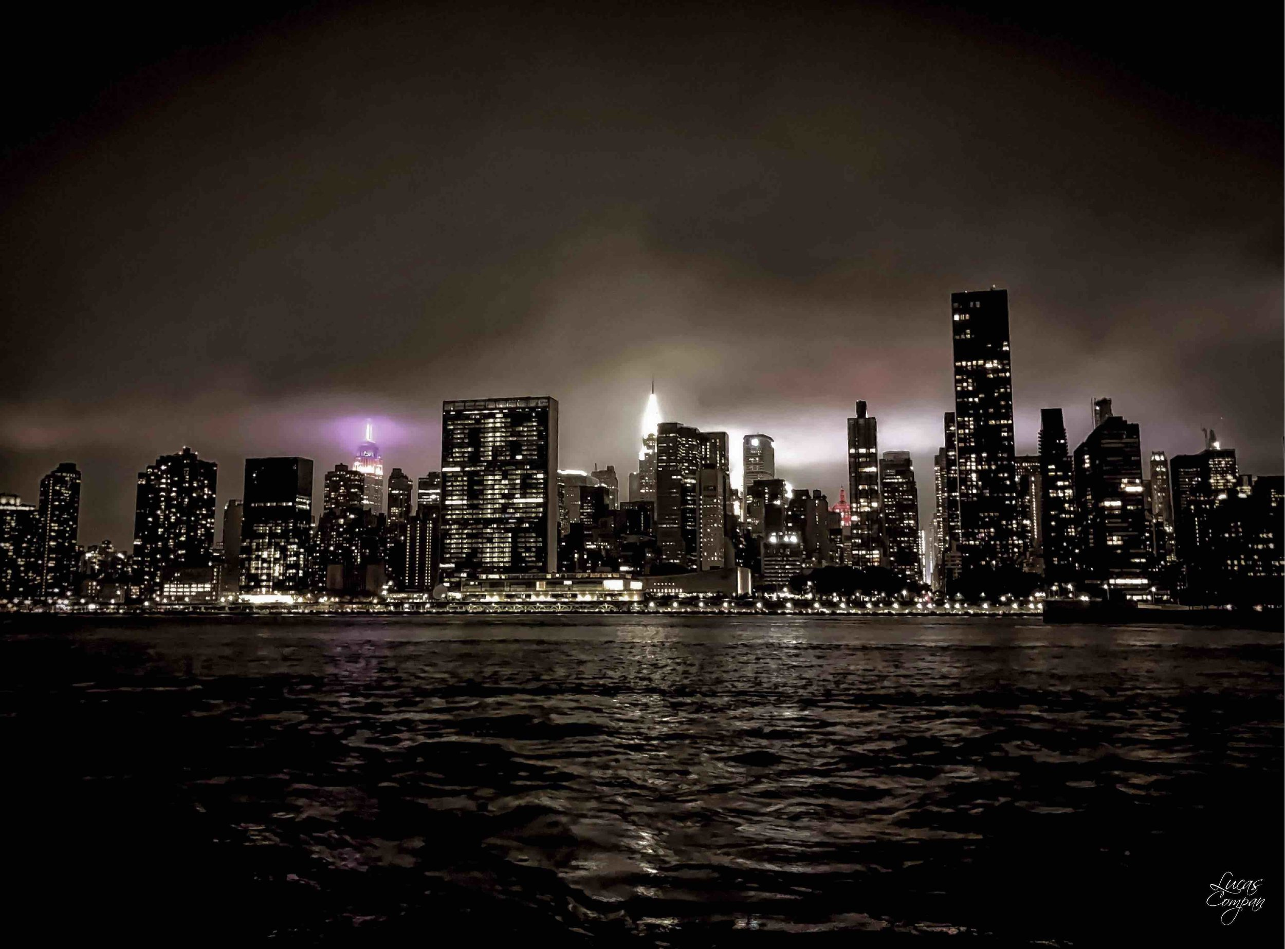 the city lights contrast to the darkness in the sky, making a perfect spot for great pictures. Photo:  @lucascompan