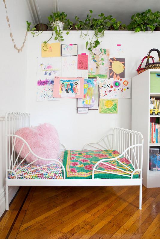 11 ways to turn kids art into covetable home decor 5a872a9922e9090844bfcc39 w620 h800 - Cool Ideas Para Decorar Com os Desenhos das Crianças