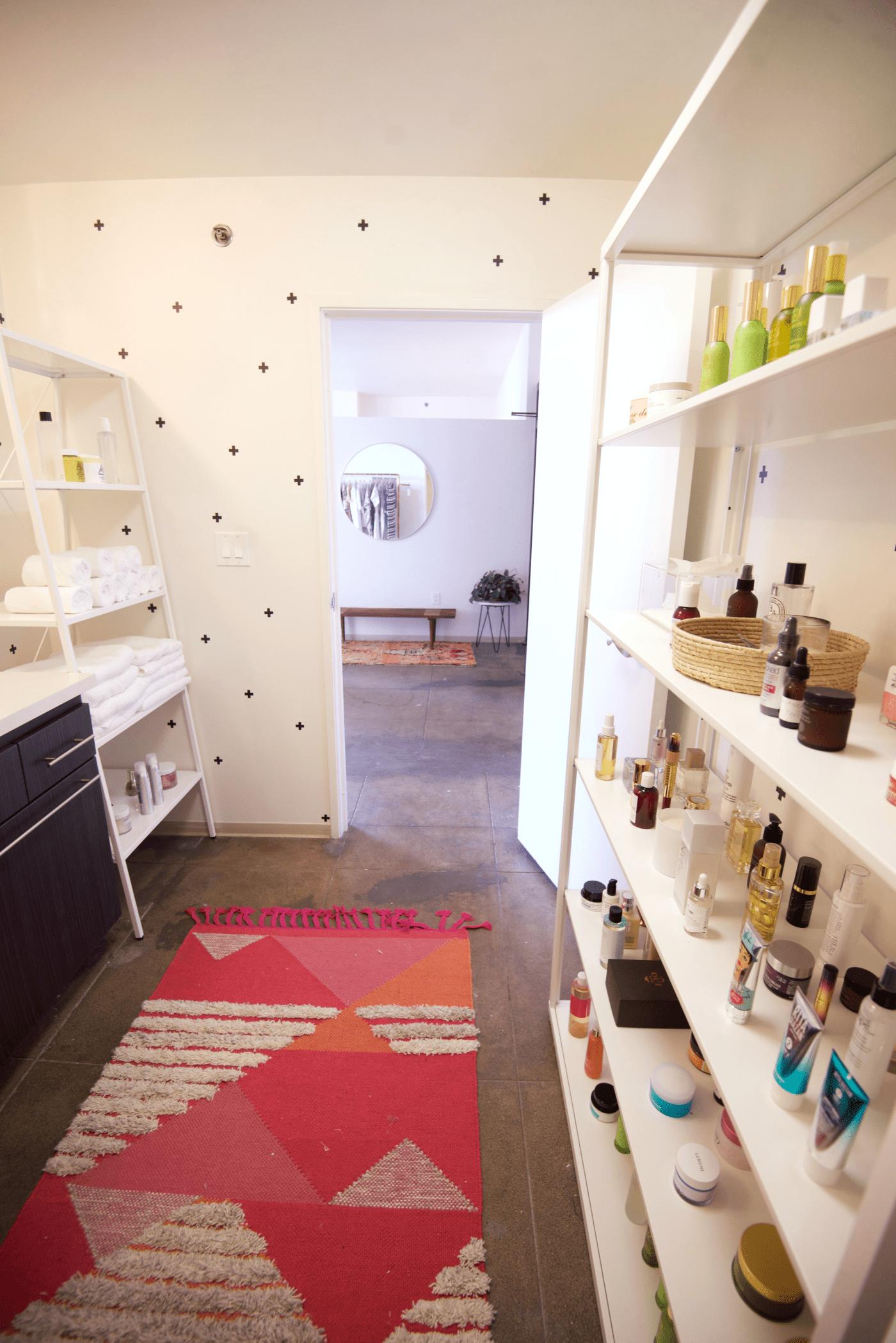 office reveal bathroom3editedpng - O Escritório da Emily Schuman, do Cupcakes & Cashmere