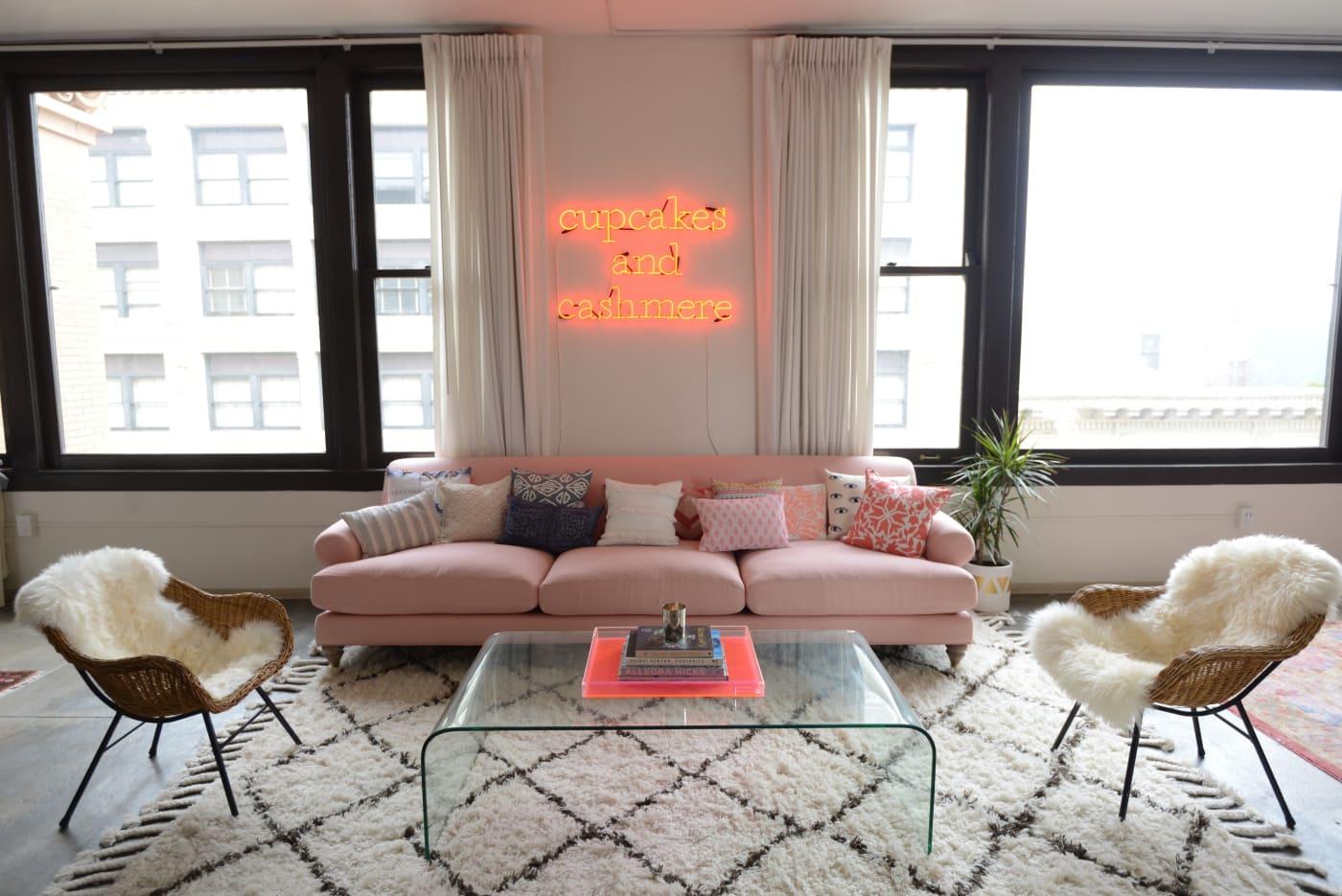 office reveal couch herojpg - O Escritório da Emily Schuman, do Cupcakes & Cashmere