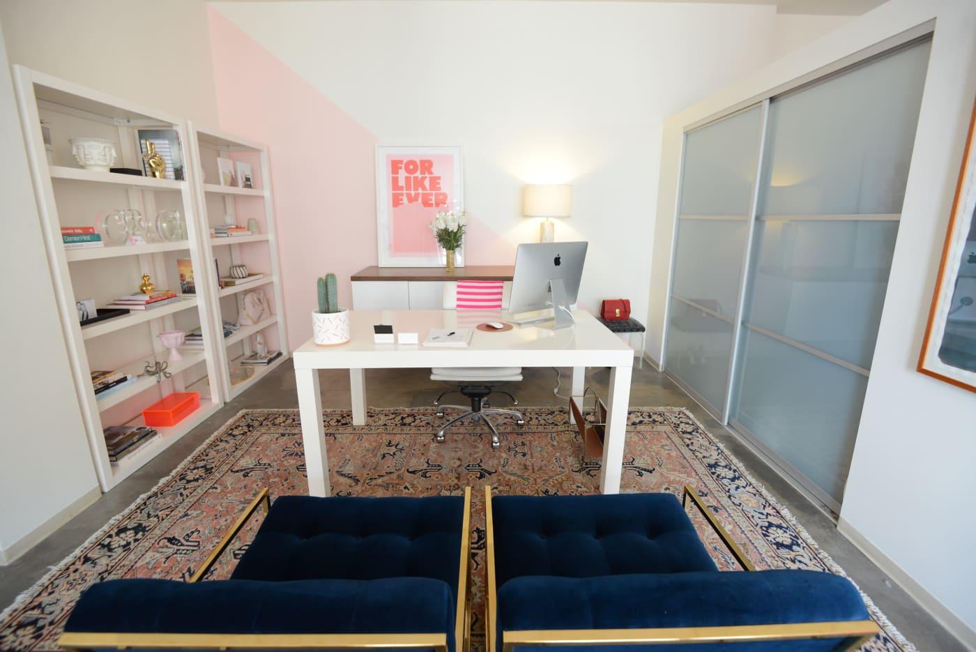 office reveal emily desk1jpg - O Escritório da Emily Schuman, do Cupcakes & Cashmere