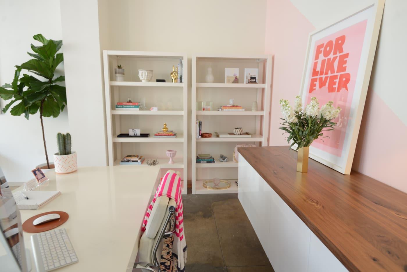 office reveal emily desk2 1jpg - O Escritório da Emily Schuman, do Cupcakes & Cashmere