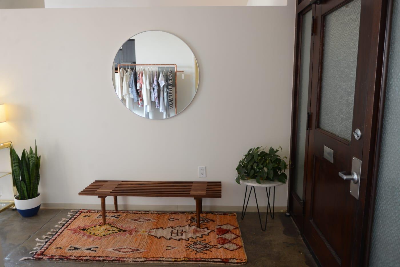 office reveal entrywayjpg - O Escritório da Emily Schuman, do Cupcakes & Cashmere