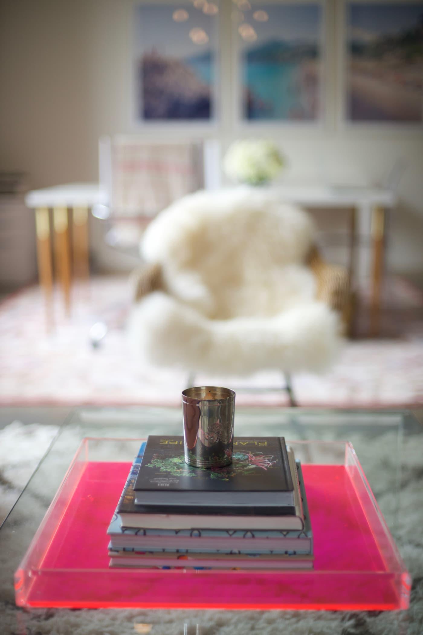 office reveal sheepskin chairjpg - O Escritório da Emily Schuman, do Cupcakes & Cashmere