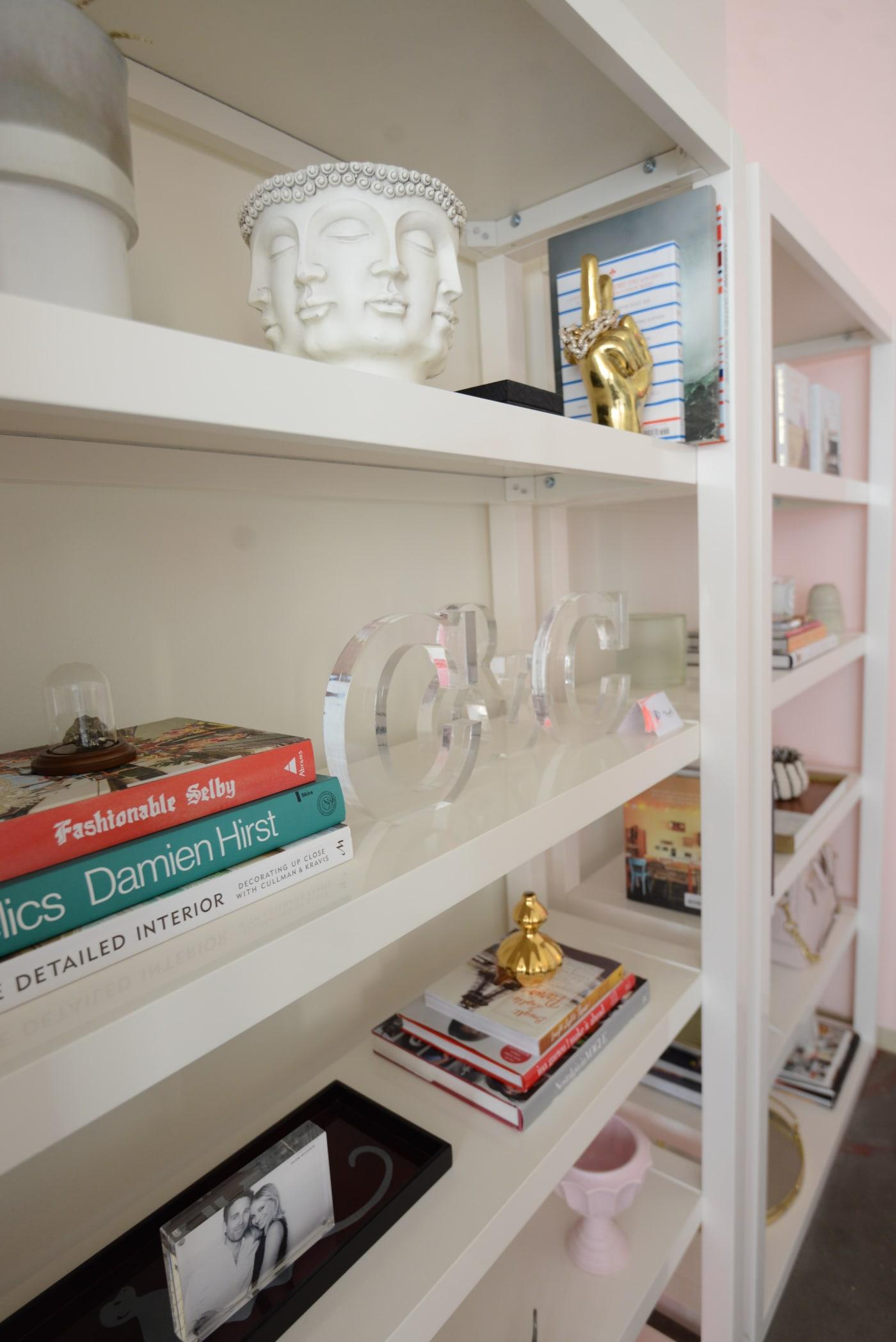 office reveal shelf1 1jpg - O Escritório da Emily Schuman, do Cupcakes & Cashmere