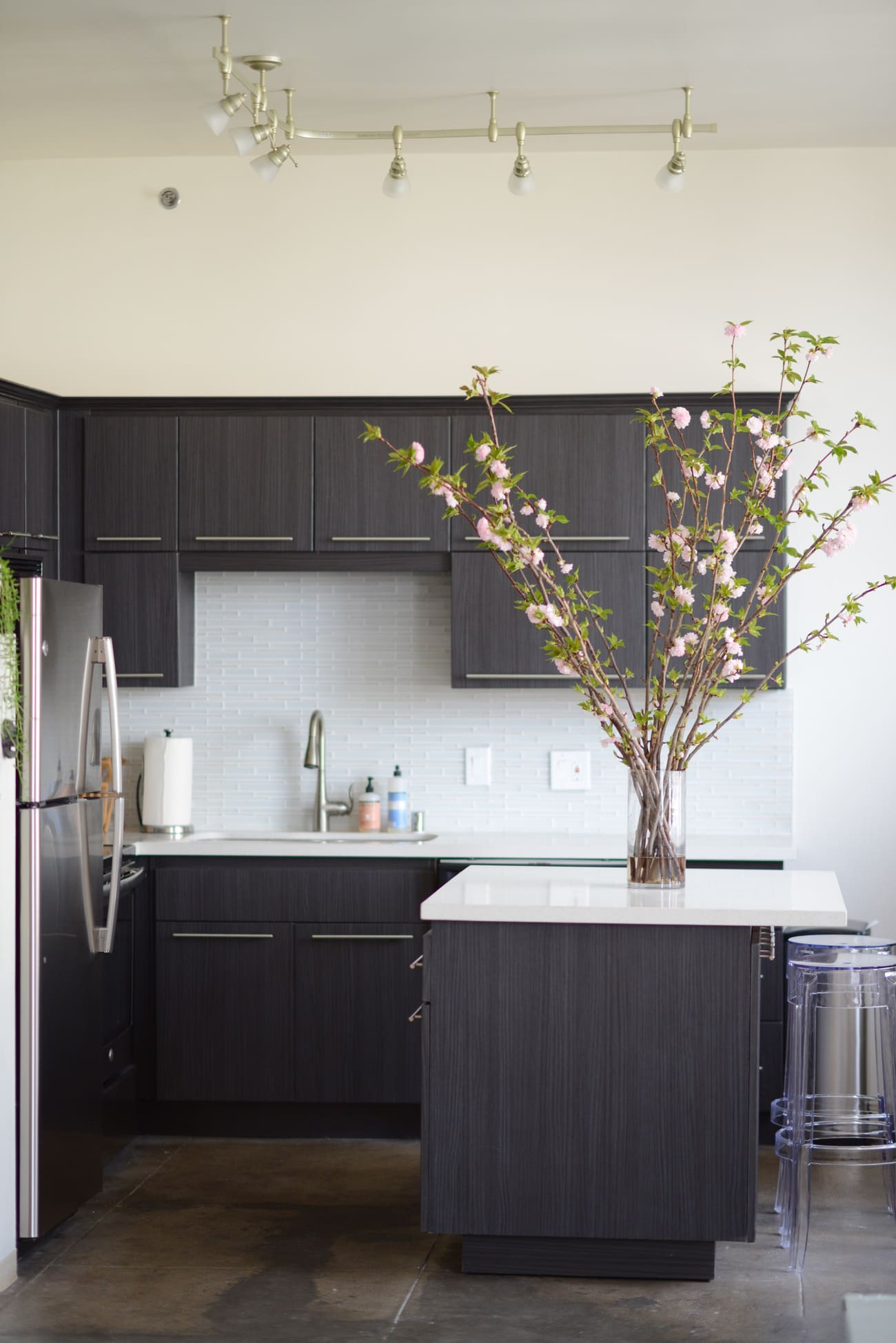 office reveal kitchen1jpg - O Escritório da Emily Schuman, do Cupcakes & Cashmere