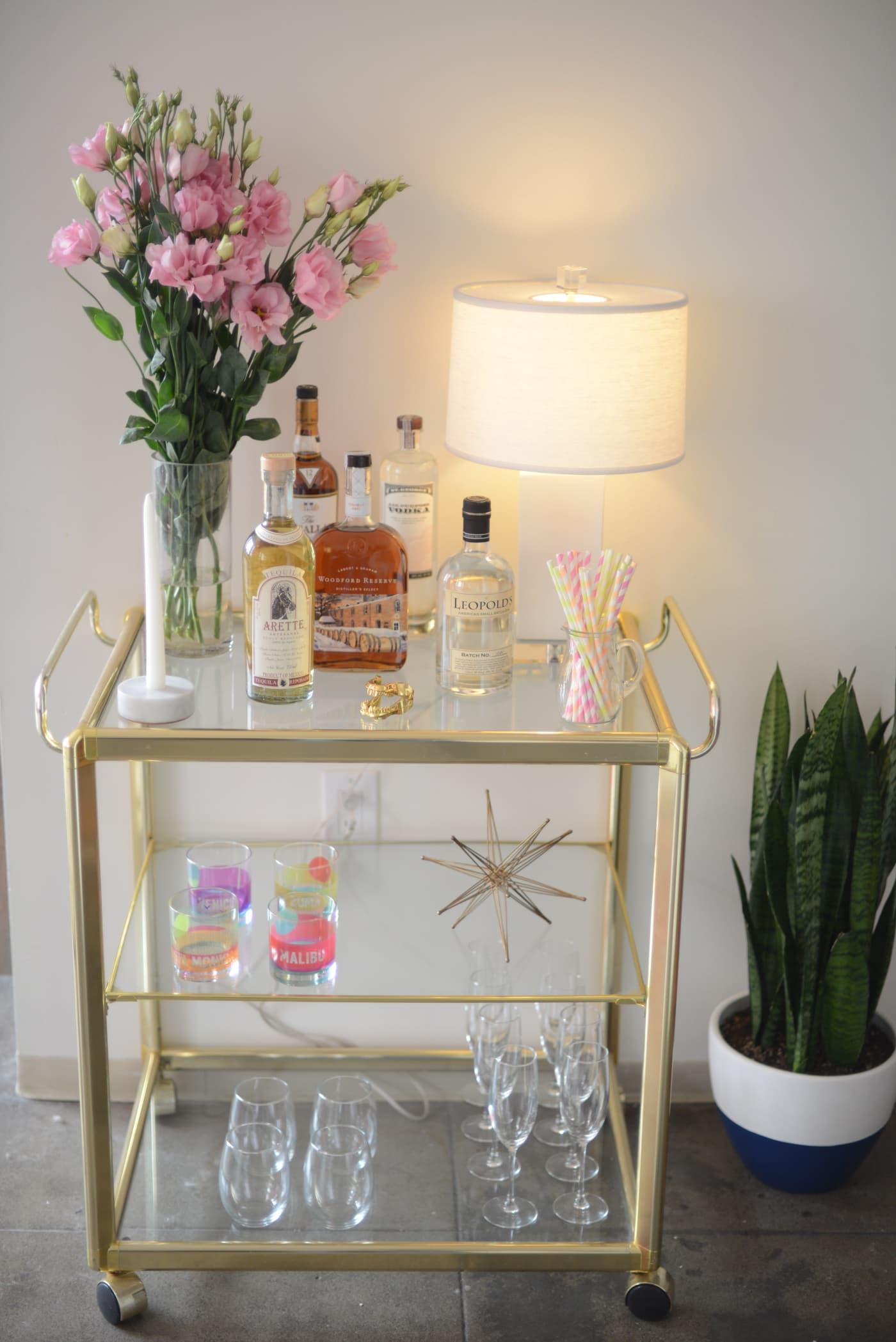 office reveal bar cartjpg - O Escritório da Emily Schuman, do Cupcakes & Cashmere