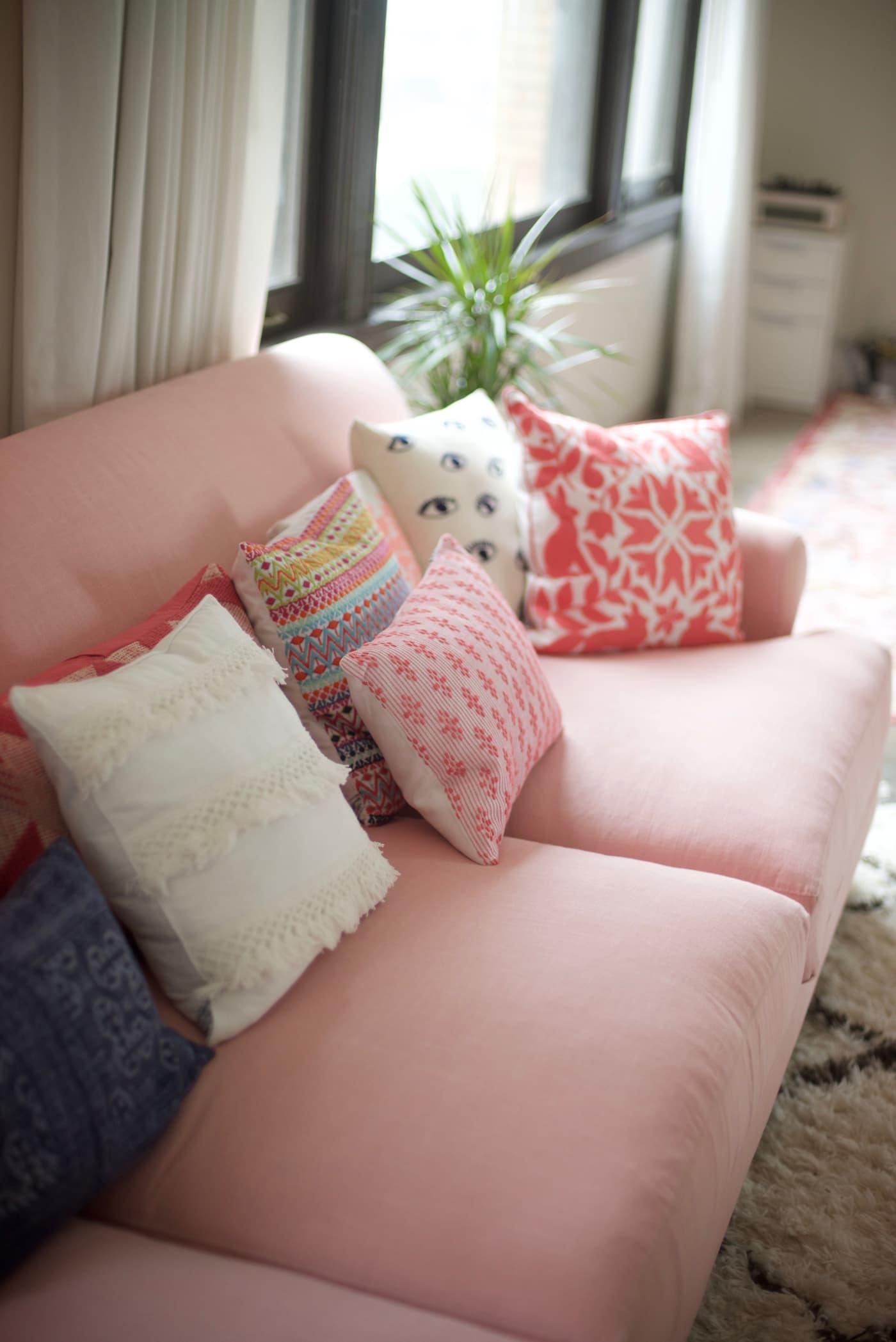 office reveal couch detail 1jpg - O Escritório da Emily Schuman, do Cupcakes & Cashmere