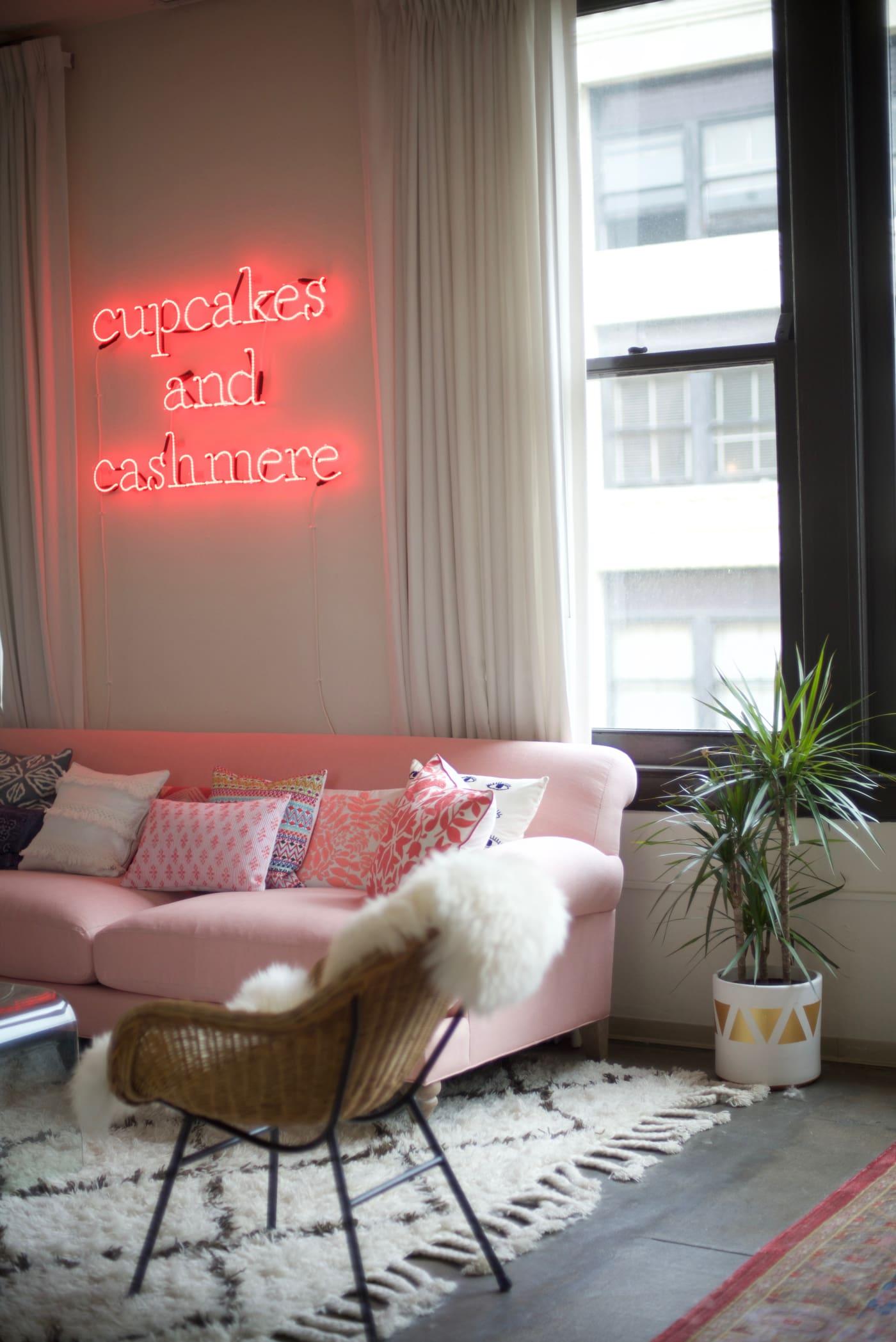 office reveal couch detail 2jpg - O Escritório da Emily Schuman, do Cupcakes & Cashmere
