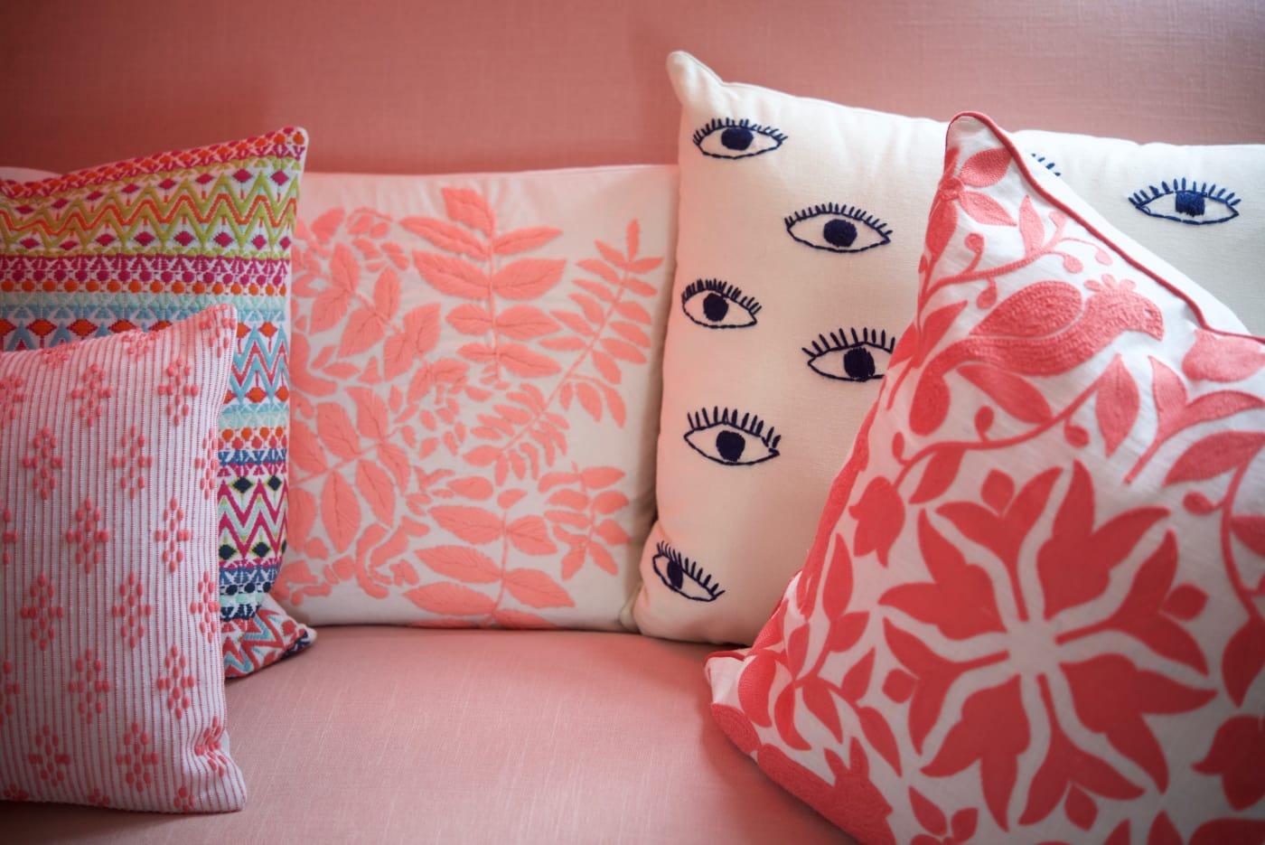 office reveal couch detail 3jpg - O Escritório da Emily Schuman, do Cupcakes & Cashmere