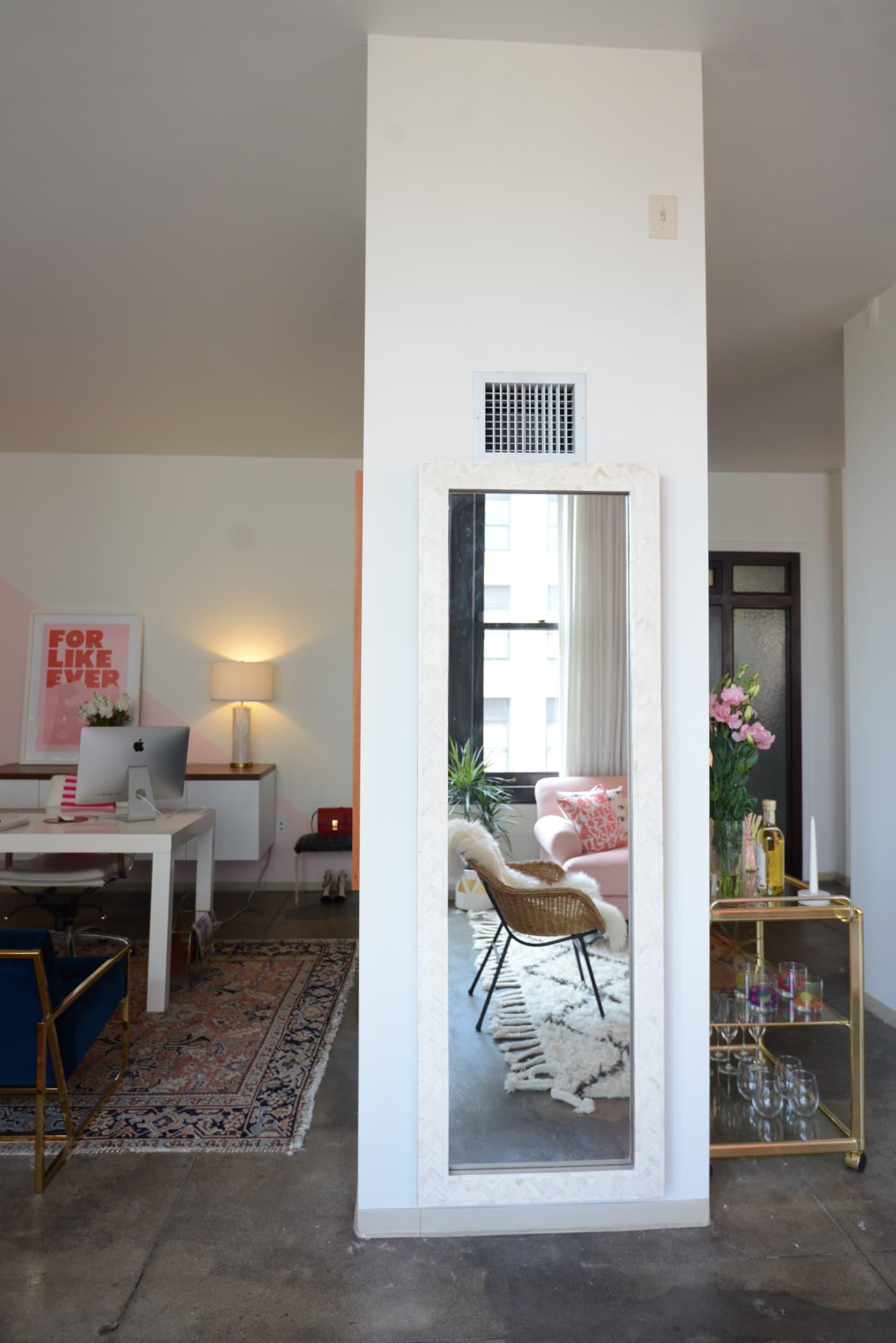 office reveal mirror 1jpg - O Escritório da Emily Schuman, do Cupcakes & Cashmere