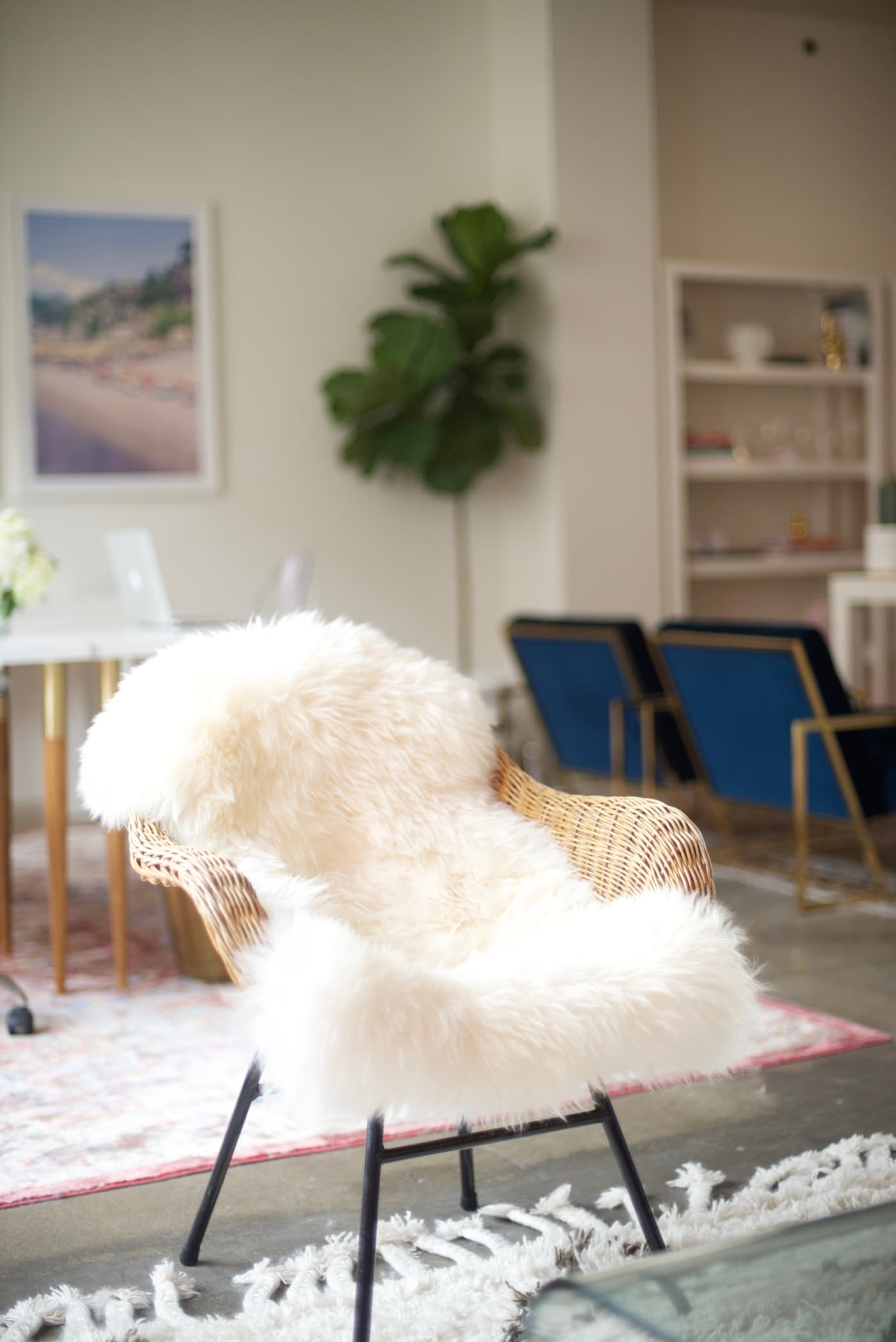 office reveal sheepskin chair 2jpg - O Escritório da Emily Schuman, do Cupcakes & Cashmere