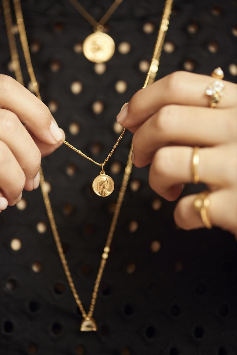 lolla carol bassi medalha - Eu e Carol Bassi lançamos uma collab com as joias mais meaningful que você vai encontrar