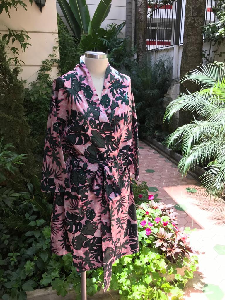 f0cc4517 1d19 474d 8983 b3aeca1637ad - O que acontece quando Sissa e Dominique Beauté se juntam? Um robe de chambre tropical, bien sûr.