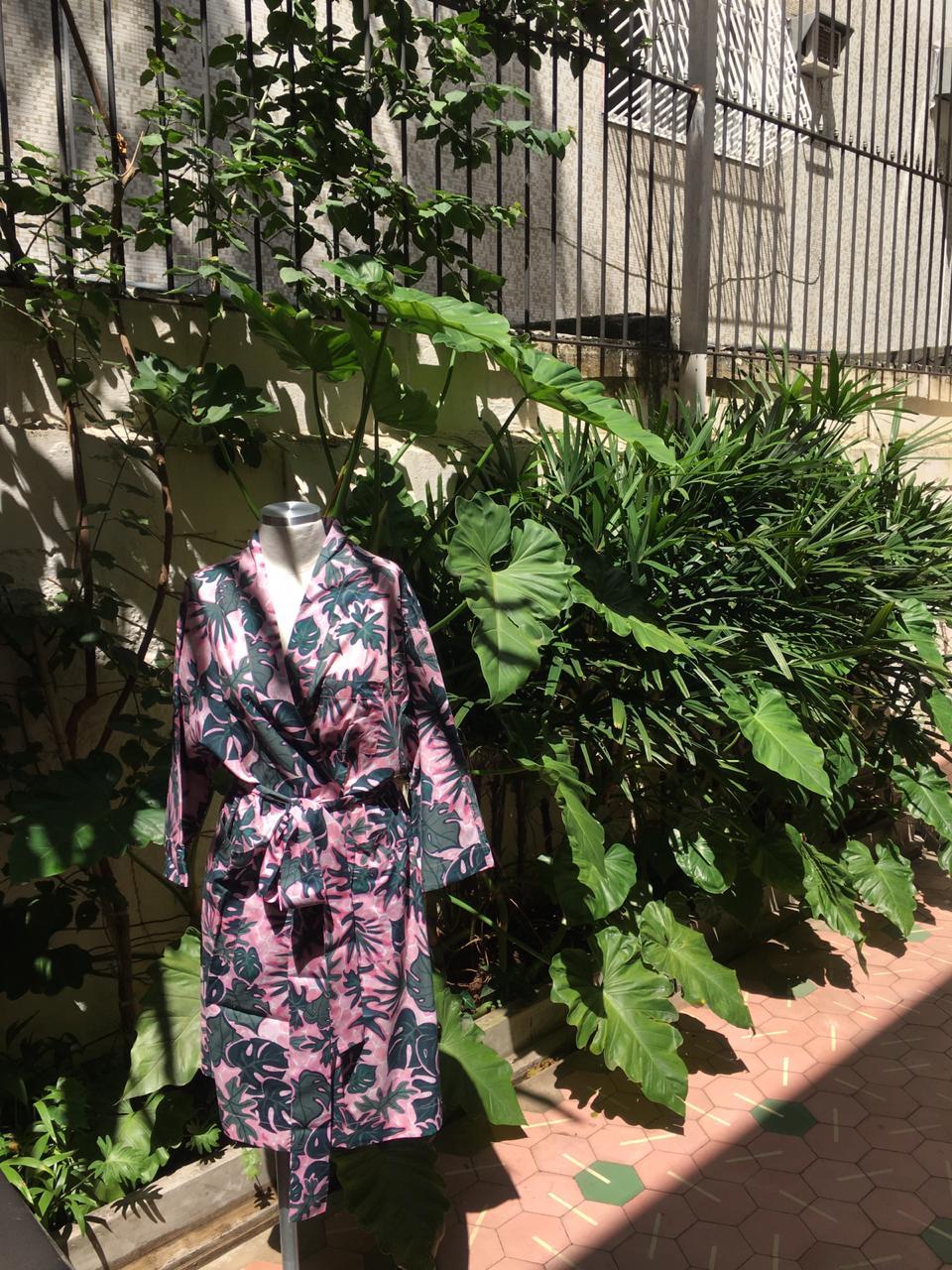 d31ef9b7 c7e0 407f b241 f71ebcf3b6f7 - O que acontece quando Sissa e Dominique Beauté se juntam? Um robe de chambre tropical, bien sûr.