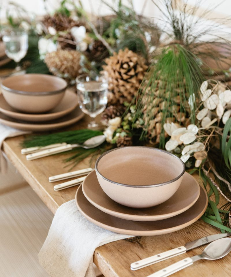 set holiday table 3 ways jenni kayne nicki sebastian photography3 800x960 - 3 ideias para a mesa de Natal por Jenni Kayne