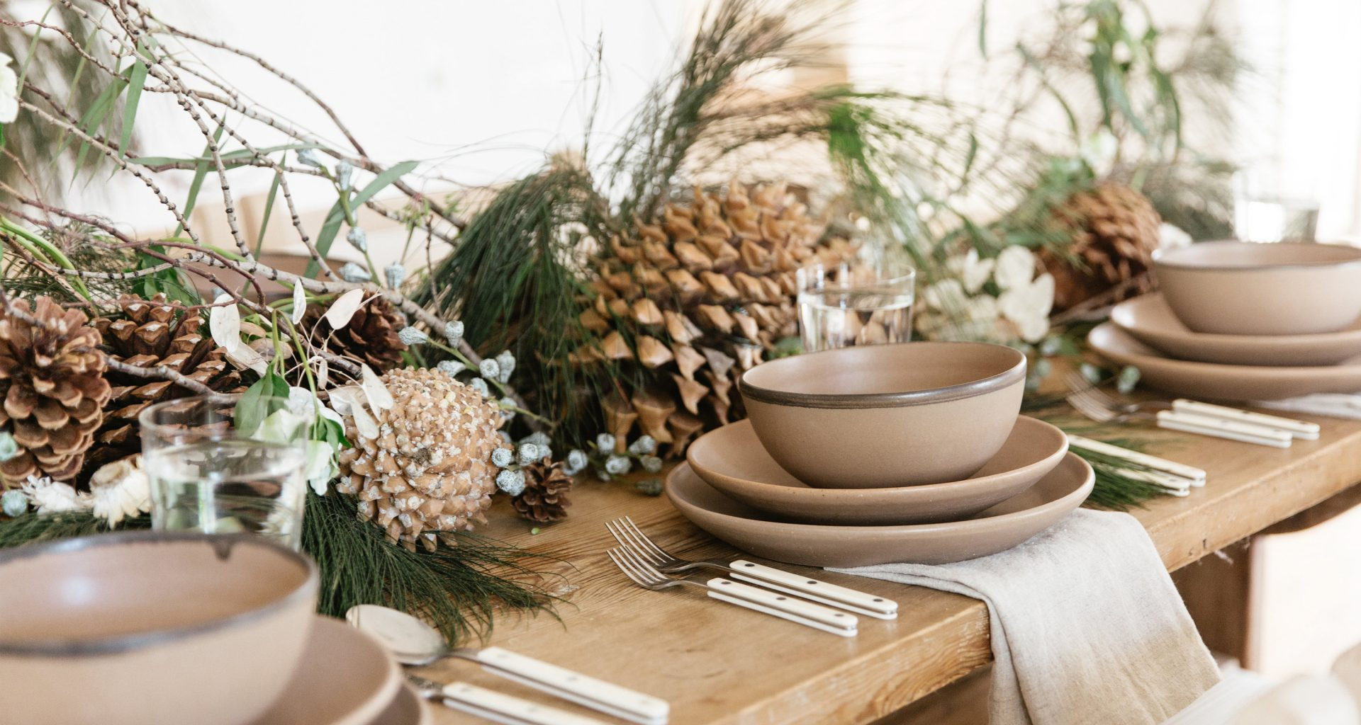 set holiday table 3 ways jenni kayne nicki sebastian photography2 1 1920x1024 - 3 ideias para a mesa de Natal por Jenni Kayne