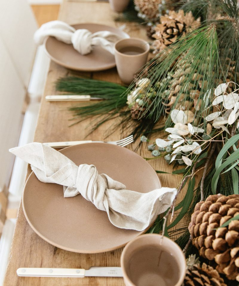 set holiday table 3 ways jenni kayne nicki sebastian photography4 800x960 - 3 ideias para a mesa de Natal por Jenni Kayne
