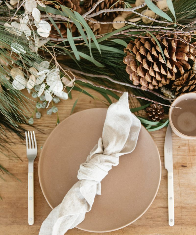 set holiday table 3 ways jenni kayne nicki sebastian photography6 800x960 - 3 ideias para a mesa de Natal por Jenni Kayne