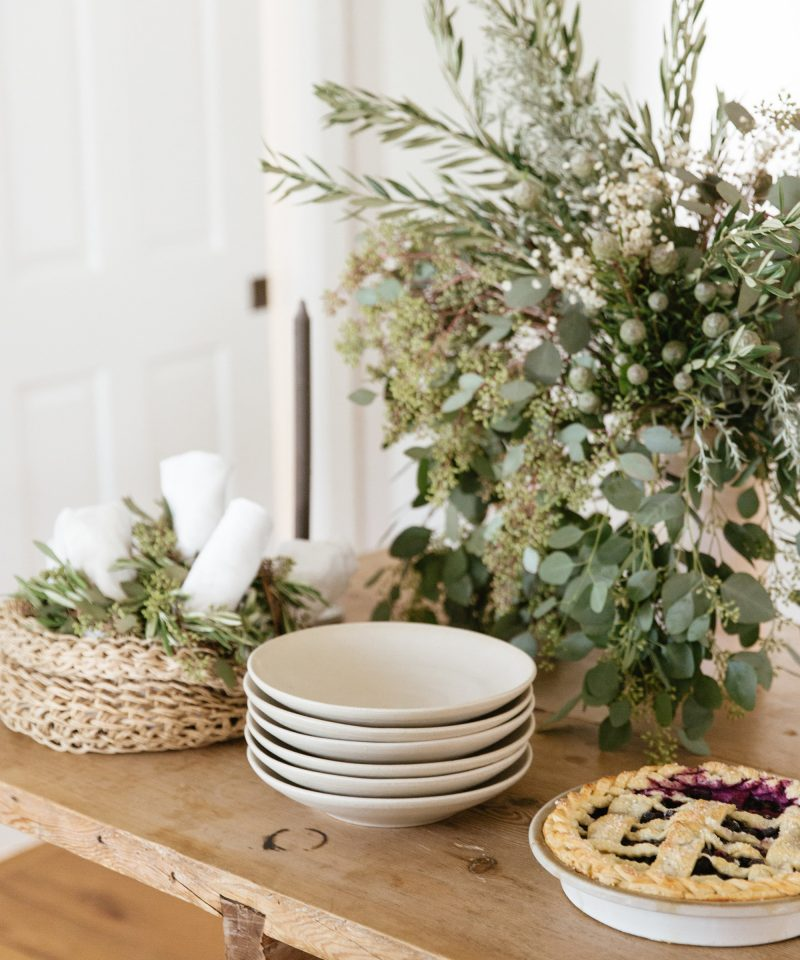 set holiday table 3 ways jenni kayne nicki sebastian photography7 800x960 - 3 ideias para a mesa de Natal por Jenni Kayne