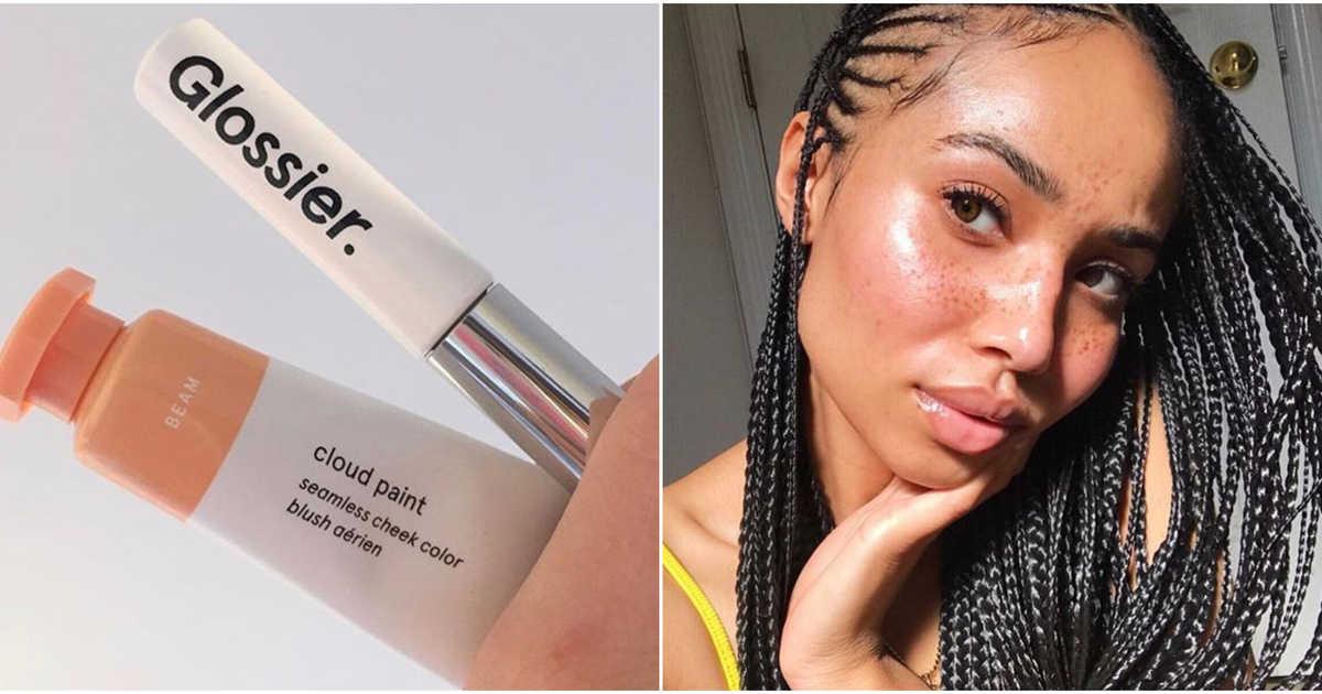 """A beauty influencer Symphani Soto (   @symphanisoto   ) com a nova estética da """"dewy skin"""", popularizada por marcas como a americana Glossier (@glossier)"""