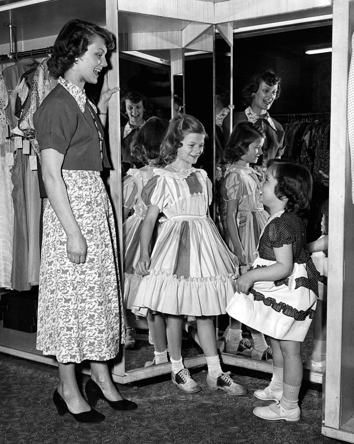 vintage mom and daughter shopping fun retro images archive - O Que eu Aprendi Com Minhã Mãe Sobre Comprar Roupa