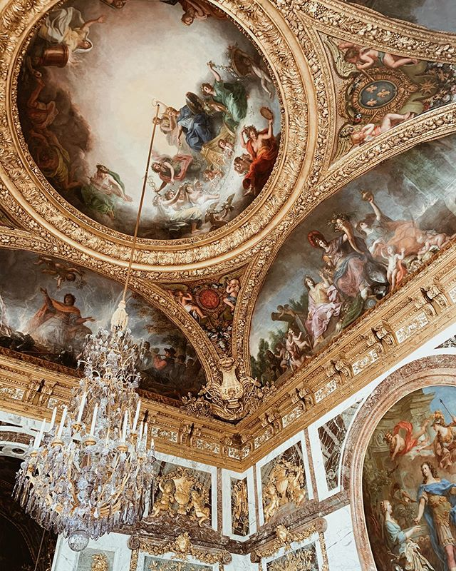 Looking for someone to recreate this for the ceiling in my bedroom, k thx bye 👋