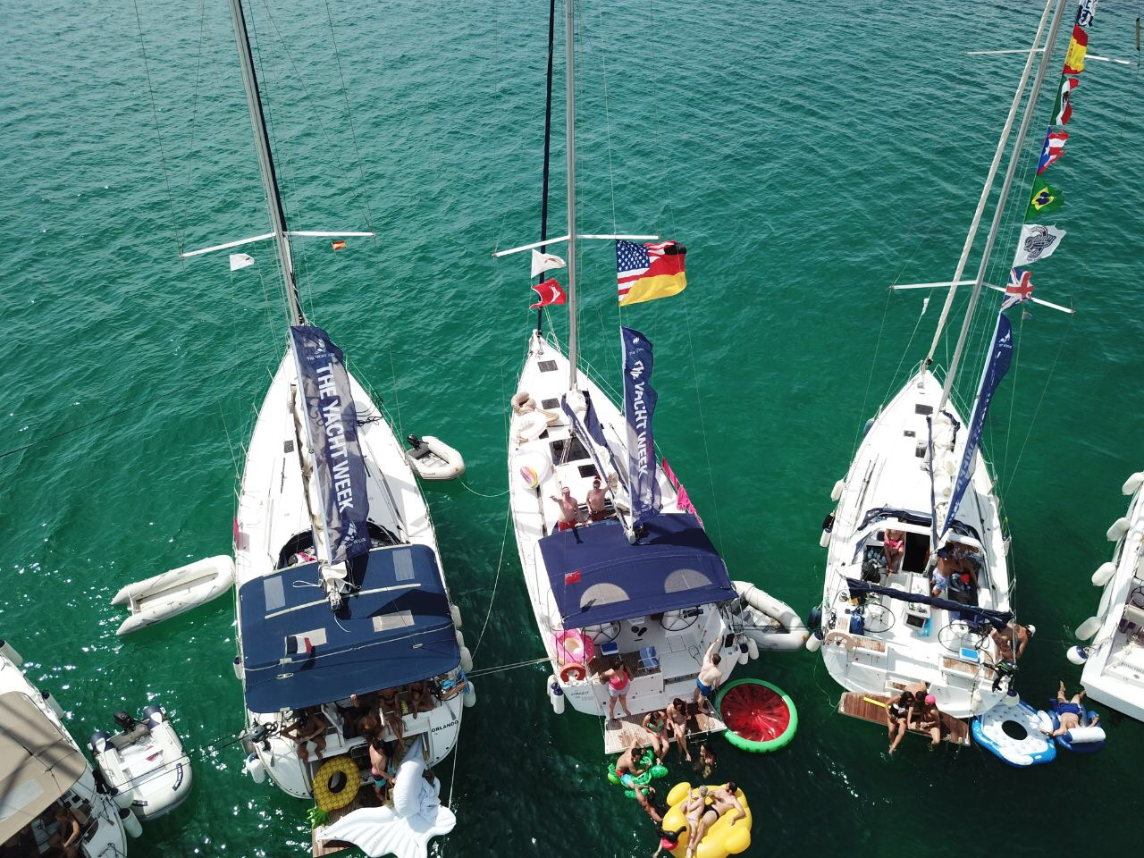 Floaties and flags are must when sailing with  TYW. The half American/German flag belongs to Axel and me to represent both our nations. It's makes it easy when coming back in the evenings to find your boat.