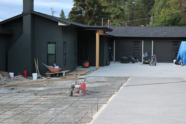 Paving is where we really start to see the final stages come together for the building process! 💥 . Homeowners always get excited at seeing the last pieces getting put into place in the construction phase!😀 . #LuxQualityOnly