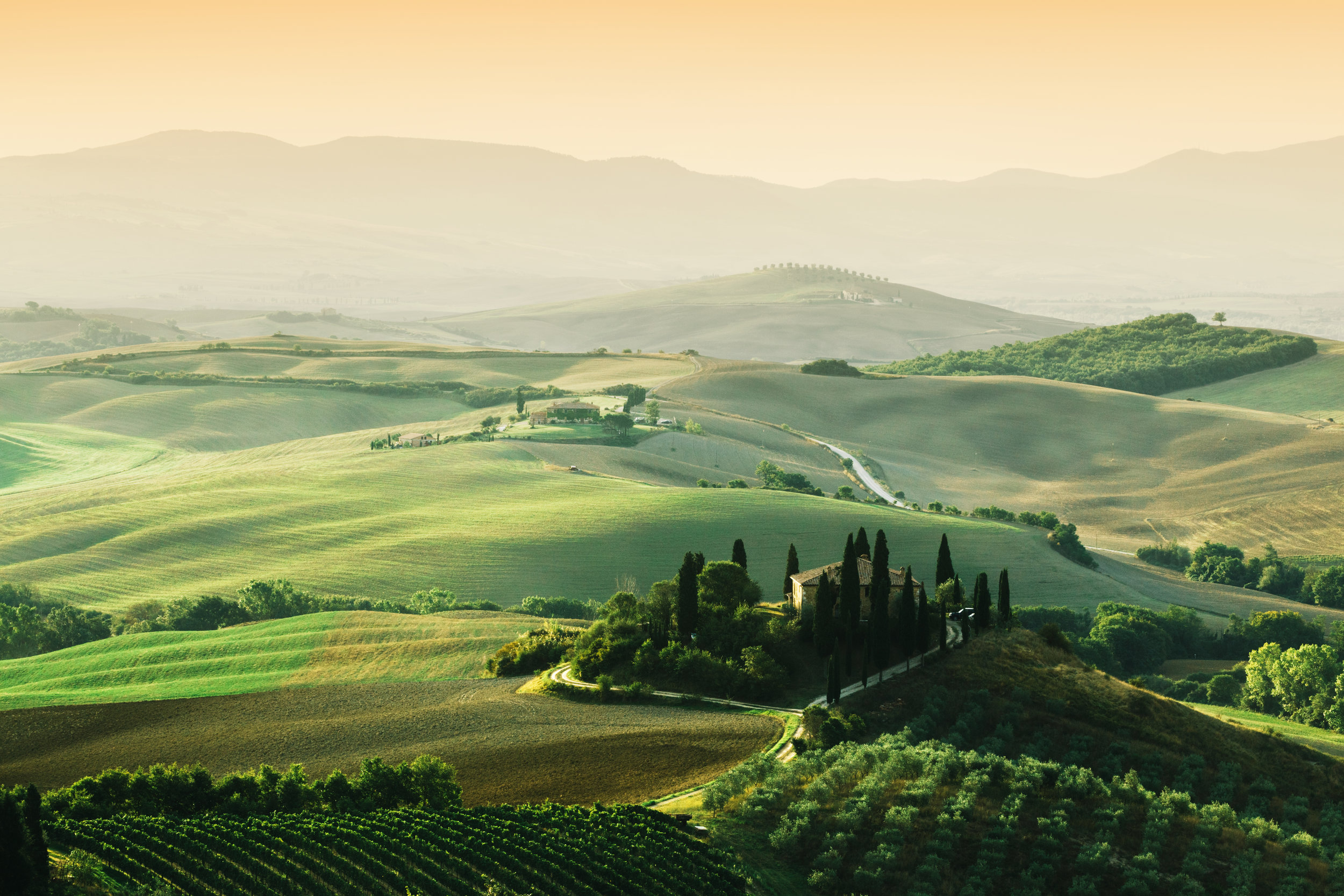 tuscany-landscape-at-sunrise-tuscan-farm-house-PLBXJ67.jpg