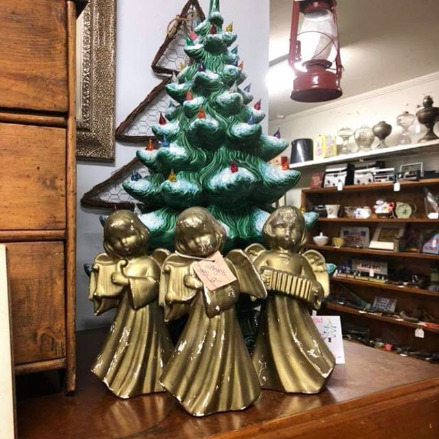 Be sure to stop by today for our Christmas open house from 10-8! We have store wide discounts and plenty of vintage finds in stock! Food and live music will start at 4! We hope to see you around! . . . . #antiques #antiquestore #antiquestores #christmas #vintage #shoplocal #springhilltn #columbiatn #carterscreekstationantiques #carterscreekstation #carterscreek
