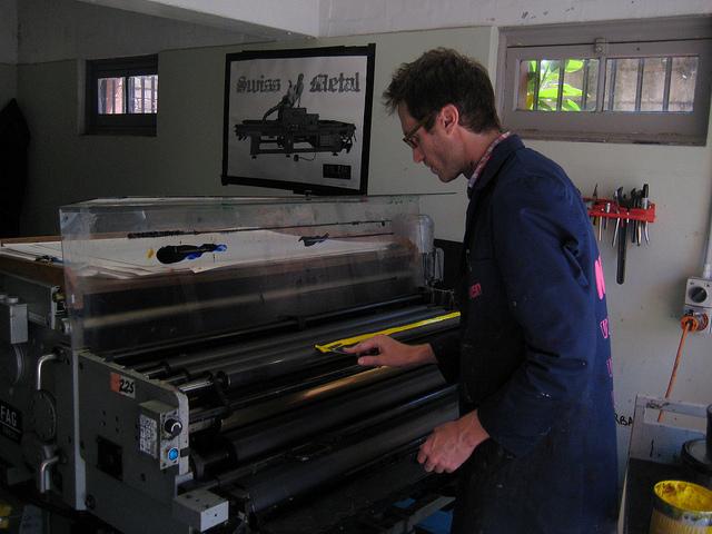 Lucas Ihlein, inking the press