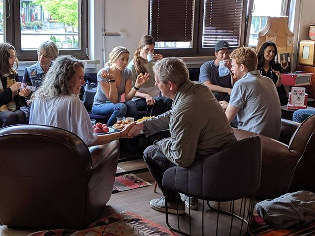 If you are building a tech startup, volunteering in an NGO, or leading a corporate team, connection is everything ♥️ And the way you connect is by sharing a purpose and the values driving you there.  #bookreading #bigheartventures #mindspace #munich #purposedriven