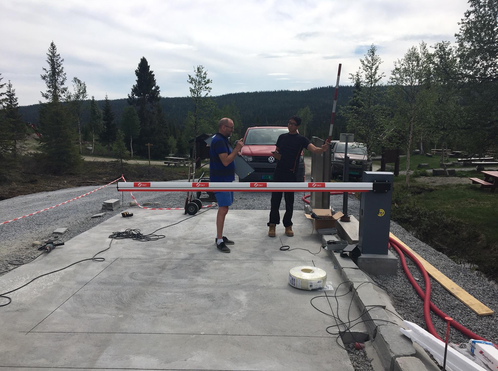 Montering av ny automatbom ved Holsbru, 28. mai 2018