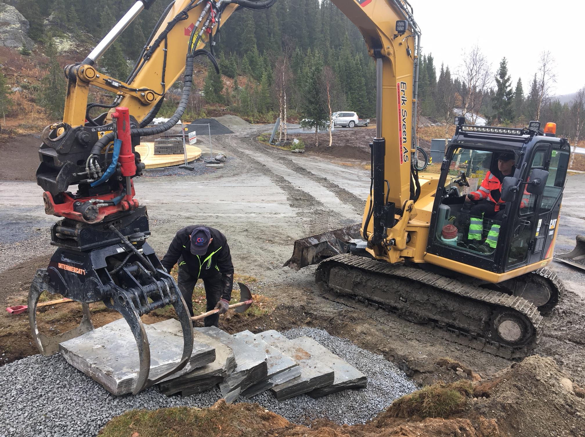 Erik og Kjell Sveen bygger natursteinstrapp på Holsbru, 15. oktober 2018