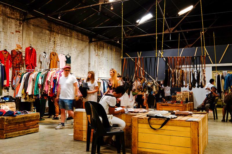 Kunst, Klamotten und Deko in der oberen Ebene des Market on Main