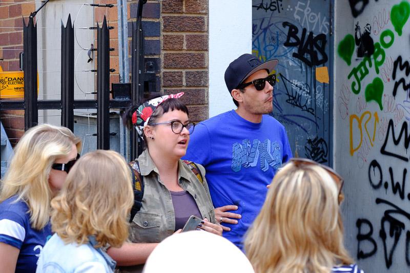 Jo bei einer Tour mit Graffiti Künstler MARS