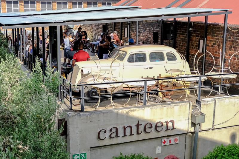 Stilvoll Salsa tanzen auf der oberen Ebene des Restaurants Canteen