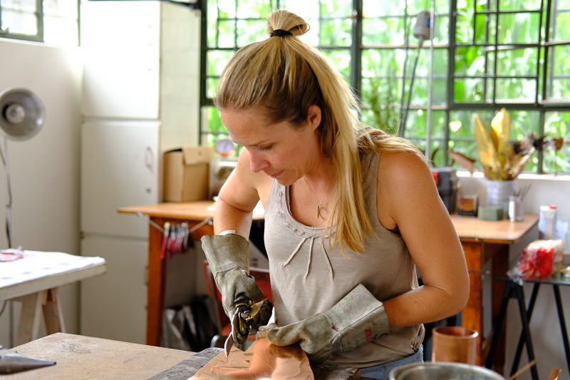 Sarah Cronin in ihrem Metal Design Studio