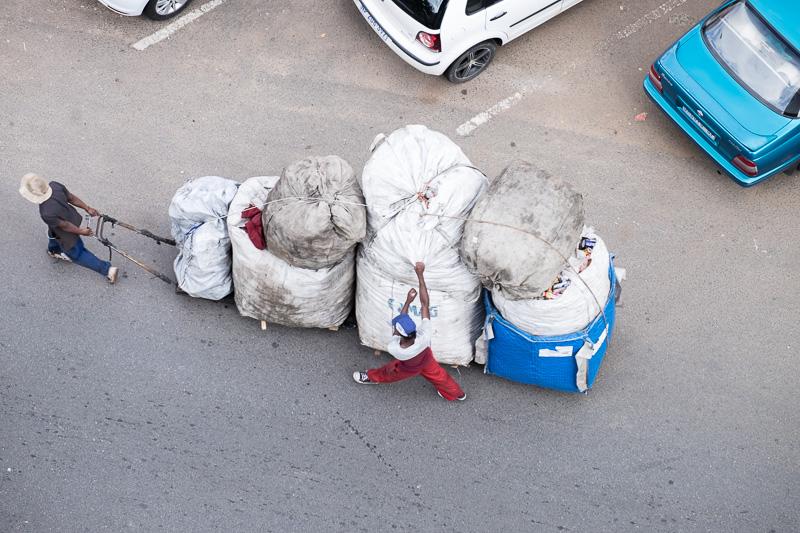 Informelle Müllsammler, wie sie auf den Strassen zuhauf unterwegs sind