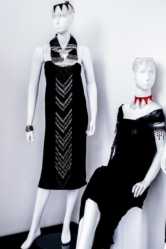 Schlichte schwarze Kleider werden erst durch den Perlenschmuck zu wahren Hinguckern
