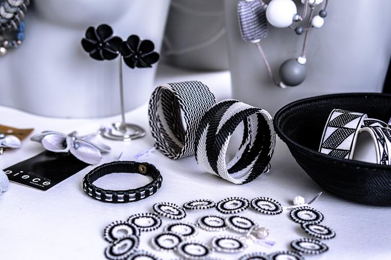Schmuck aus Perlen und Telefonkabeln